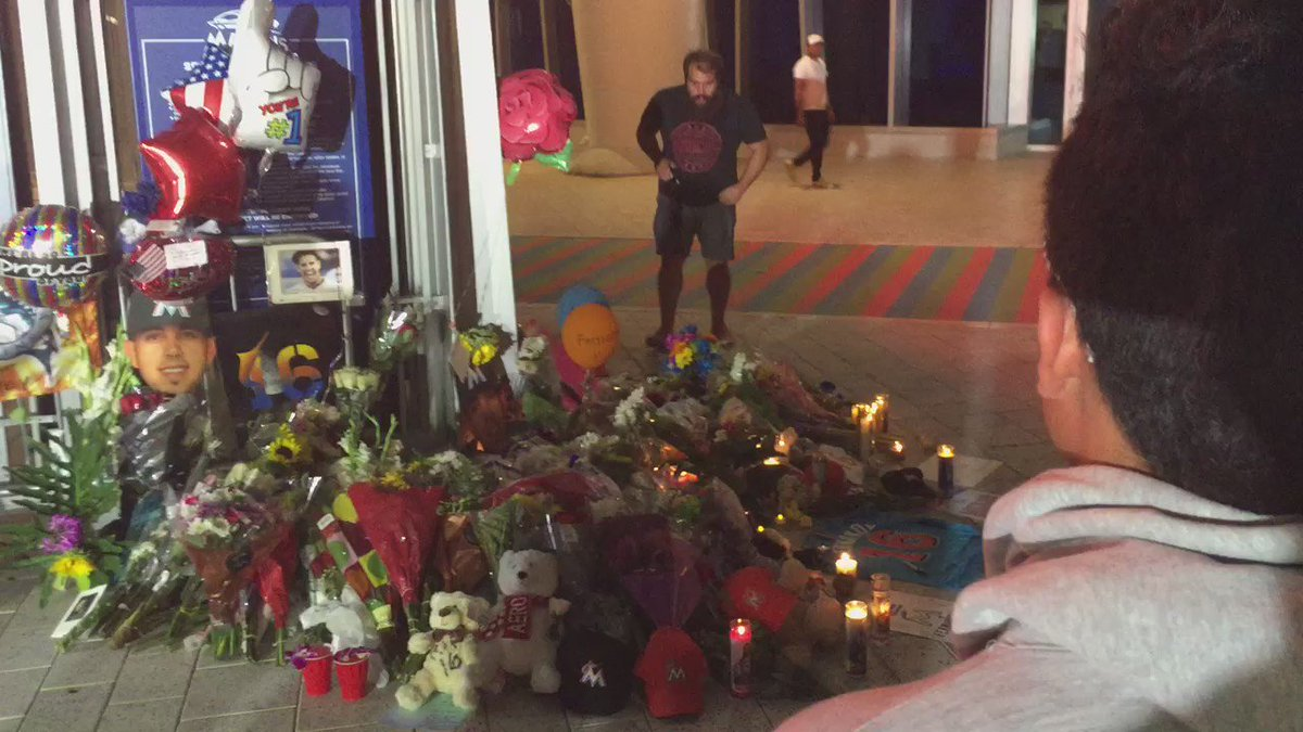 The current scene @MarlinsPark as fans pay tribute to Jose Fernandez. #JDF16 #RIP #PrayersUp #wsvn https://t.co/hvghteVoAo