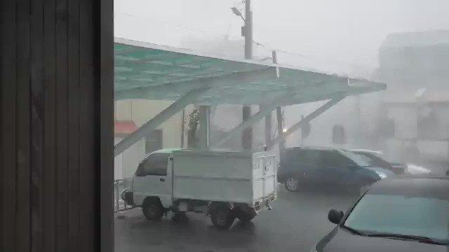 同事傳了影片,鹽水公所的停車場遮雨棚才做好不久就被這次的颱風吹垮了... https://t.co/4dq1oehrme