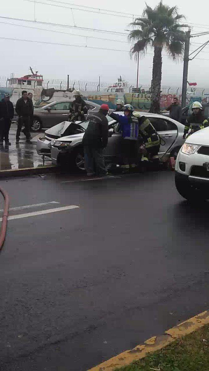 RT @Alertanoticiasv Valpo.Av.Errázuriz Conductor de vehículo menor atrapado se trabaja en su rescate @GermaniaValpo @ucvradio @CEvalpo