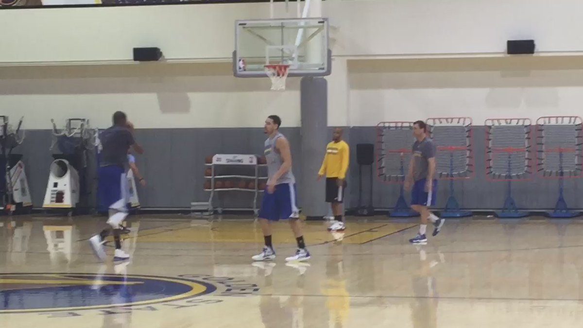 Here's 75 seconds of Klay Thompson and Kevin Durant not missing until KD snaps the streak https://t.co/6g3hUh57cQ
