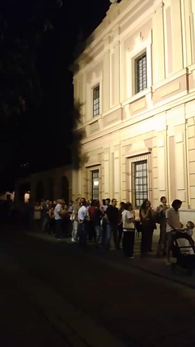 La gente haciendo cola ante el Bellas Artes. Recuerdo que está abierto TODO el año #nocheenblancoSEV https://t.co/irDf10QlqR