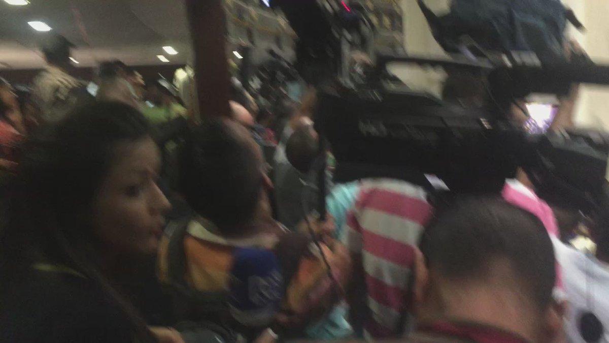 Mujeres en Venezuela marchan tras suspensión de revocatorio contra Maduro