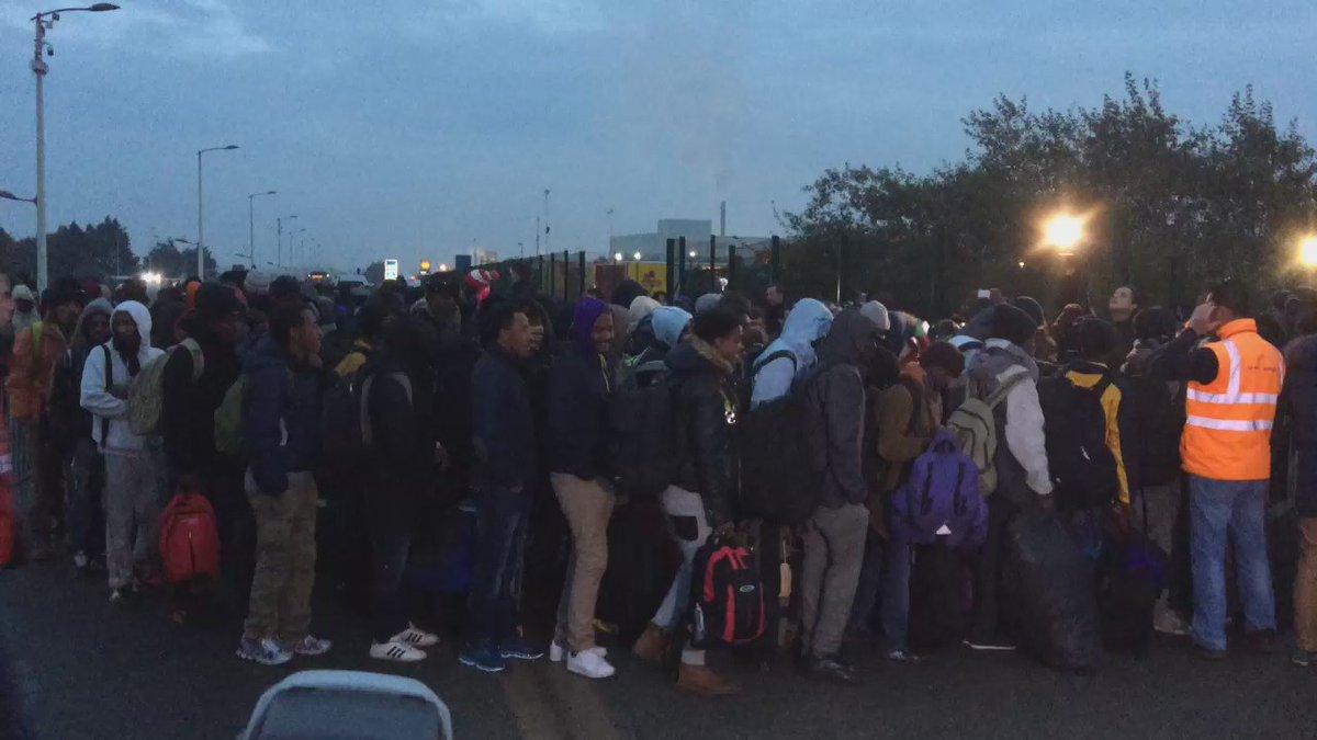Migrants waiting to get into the hangar. https://t.co/cJFufpjzb4