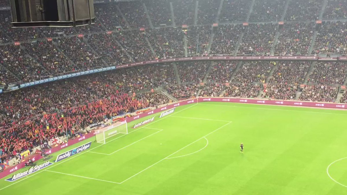 "Minut 12, Camp Nou. ""Tebas, vete ya!"" Mocadorada i targetada vermella a gol nord. https://t.co/5rfZxv90GV"