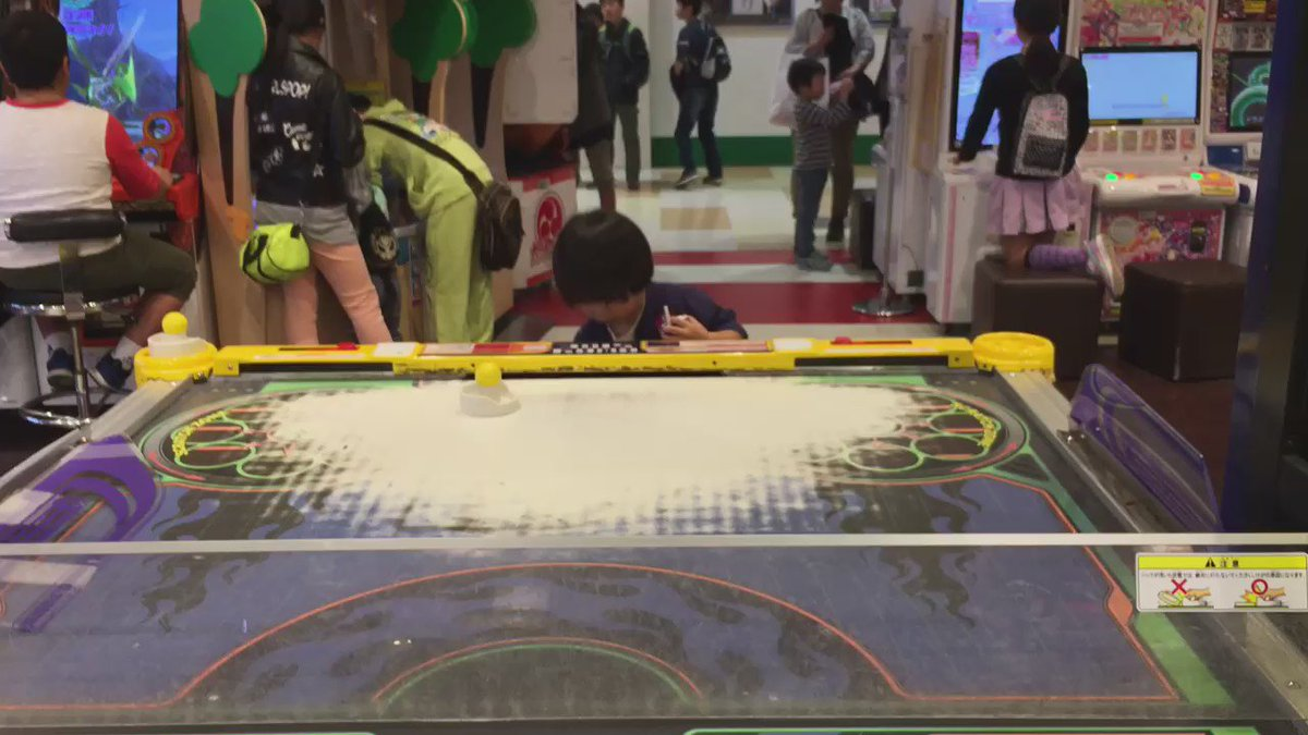 3才の息子とエアホッケーのガチンコ対決をして圧勝しました。 https://t.co/6diu7GEWSt