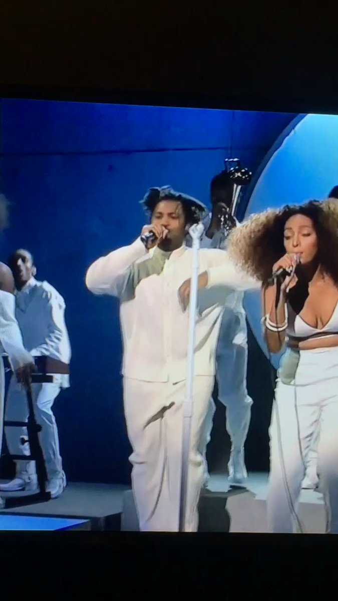 """Do it for the culture one fucking time! yasss @sampha and @solangeknowles performing """"Don't Touch My Hair."""" https://t.co/yfqNqDZFuo"""