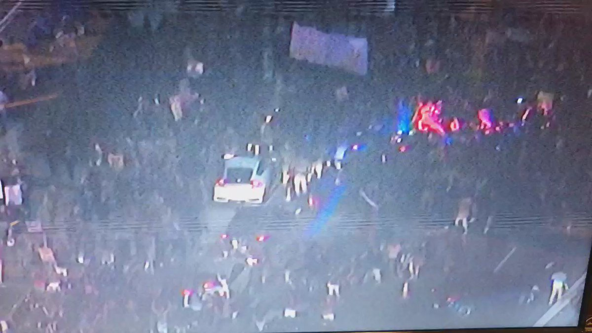 #TrumpProtest shuts down 101 fwy at Alameda. @CHPCentralLA trying to disperse them. https://t.co/rt4IP12jxZ