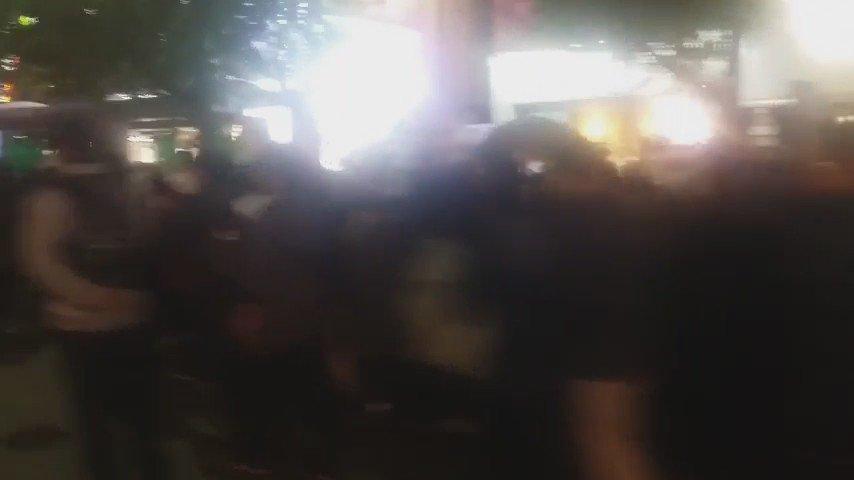 어젯밤 부산 행진의 일부! 30분이 지나도 끝도 없이 이어지는 행진에 입이 떡 벌어졌다. 눈뜨고 봐라!  이게 3천인가? https://t.co/K1ziCR3fBV