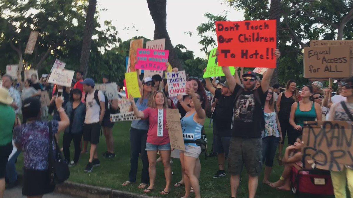 Anti-Trump march arrives at Trump Hotel in Waikiki #Hawaii https://t.co/mIB9kmyDmq
