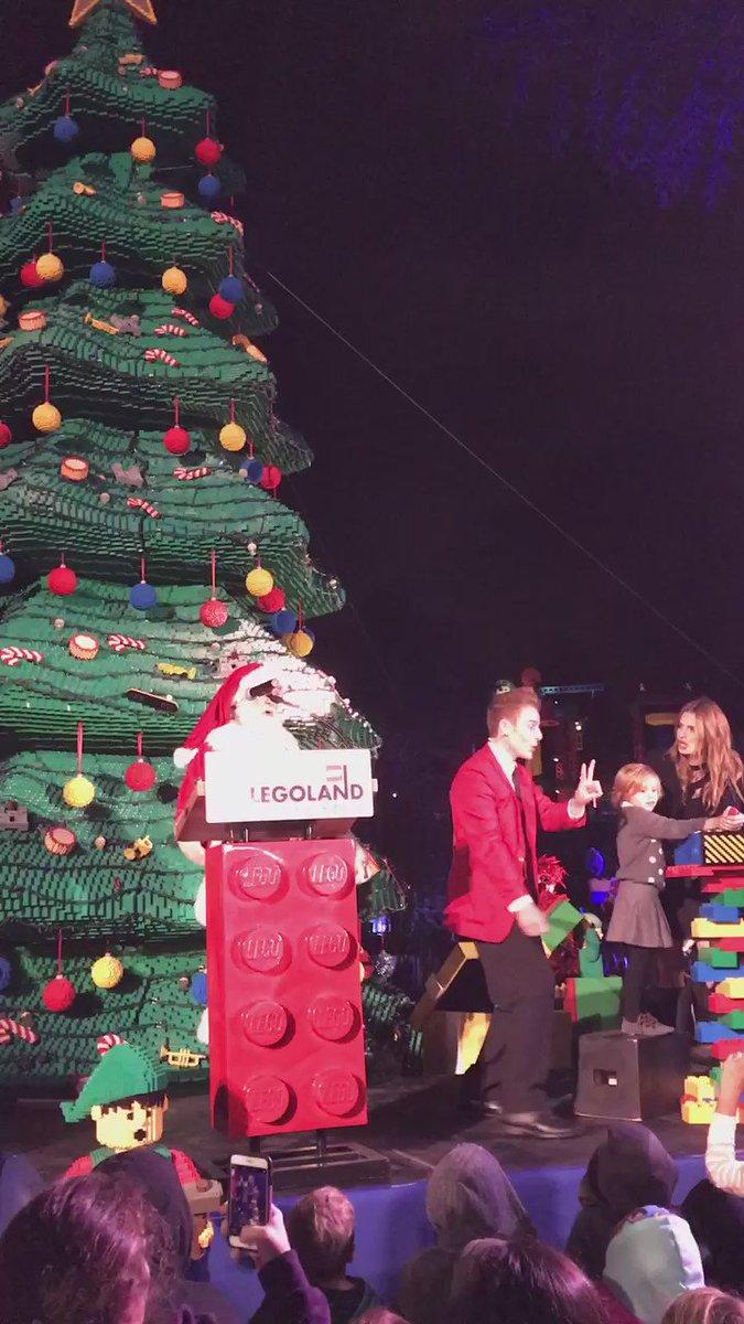 .@Stana_Katic, her niece Sofia, and Santa light up the Christmas tree @LEGOLAND_CA #HolidaysatLEGOLAND https://t.co/XrwFPdwrvp