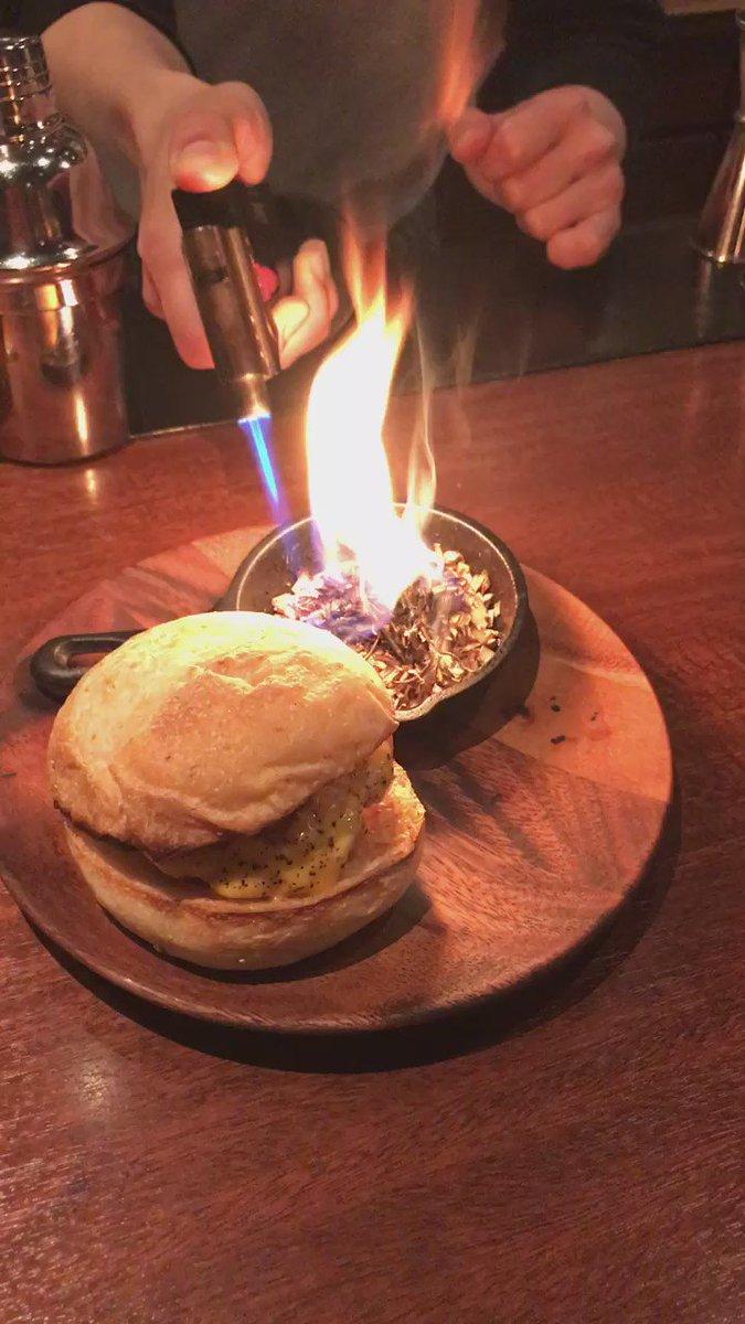 東京・参宮橋のバー・シャンクスの名物の一つはハンバーガーで、今年から加わっている燻製バーガーの作り方がもう発明。この紙はそのまま包む紙となり、食べ終わるまで香りをしっかりと提供し続けてくれる。 https://t.co/pUaLlraI62