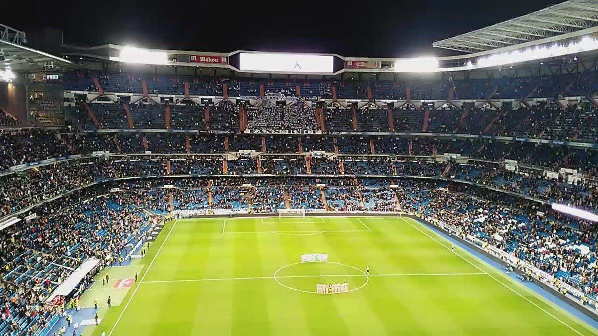Minuto de silencio en el Santiago Bernabéu en memoria del #Chapecoense. #RealMadrid vs #Cultural. https://t.co/fL5UdSWuOQ vía @alefierro_87