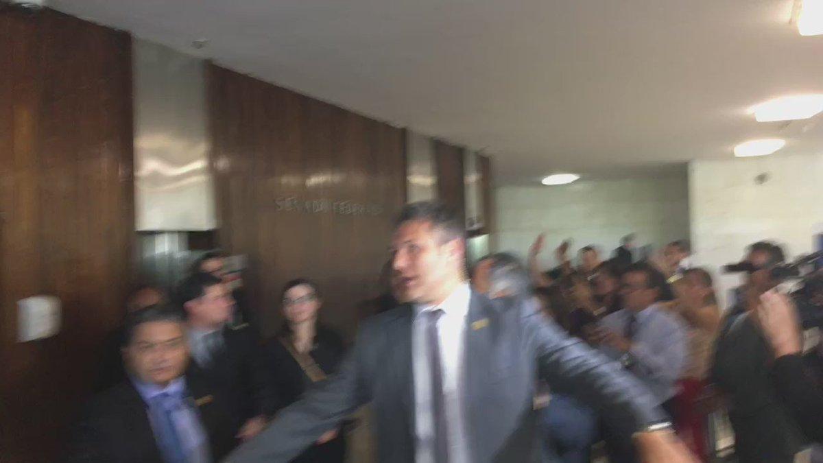 Após participar de debate sobre abuso de autoridade, Moro tem saída típica de popstar do Congresso. https://t.co/GfAnUvcPgB