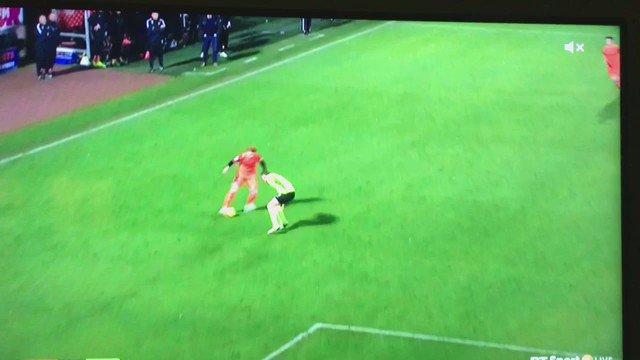 We are massive, massive fans of Darren McGregor's attempt to stop Simon Murray here. https://t.co/CpZKYXdSpQ