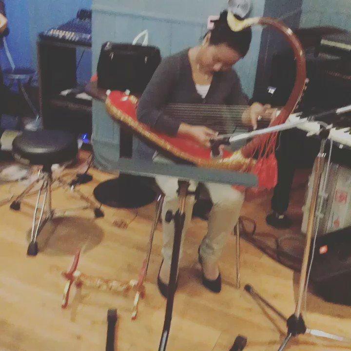 ミャンマーからスーさんがやってきた!ミャンマーのハープ(そう、御存知ビルマの竪琴)サウンガウを弾いてます。  栗コーダー&フレンズのクリスマスは、吉祥寺スターパインズにて5日。 https://t.co/Lz22M0qojr