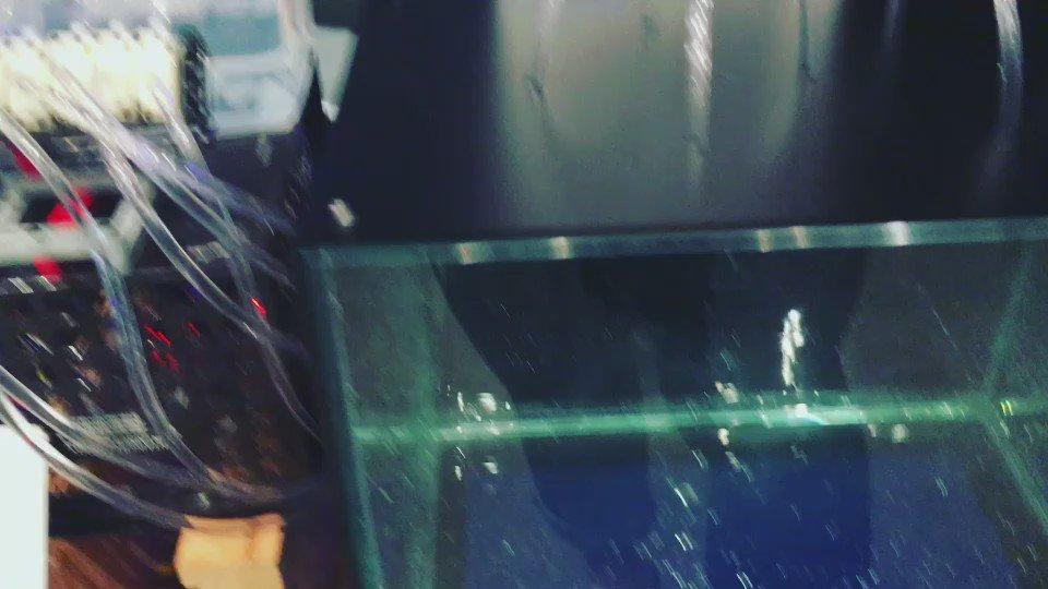 水滴ドロップ Water MIDI。演奏すると鍵盤にあわせて上部から水滴が落ち水面に波紋を描くインタラクションが楽しめます #ommf2016 @OMMF2016 https://t.co/n722yUN1DL