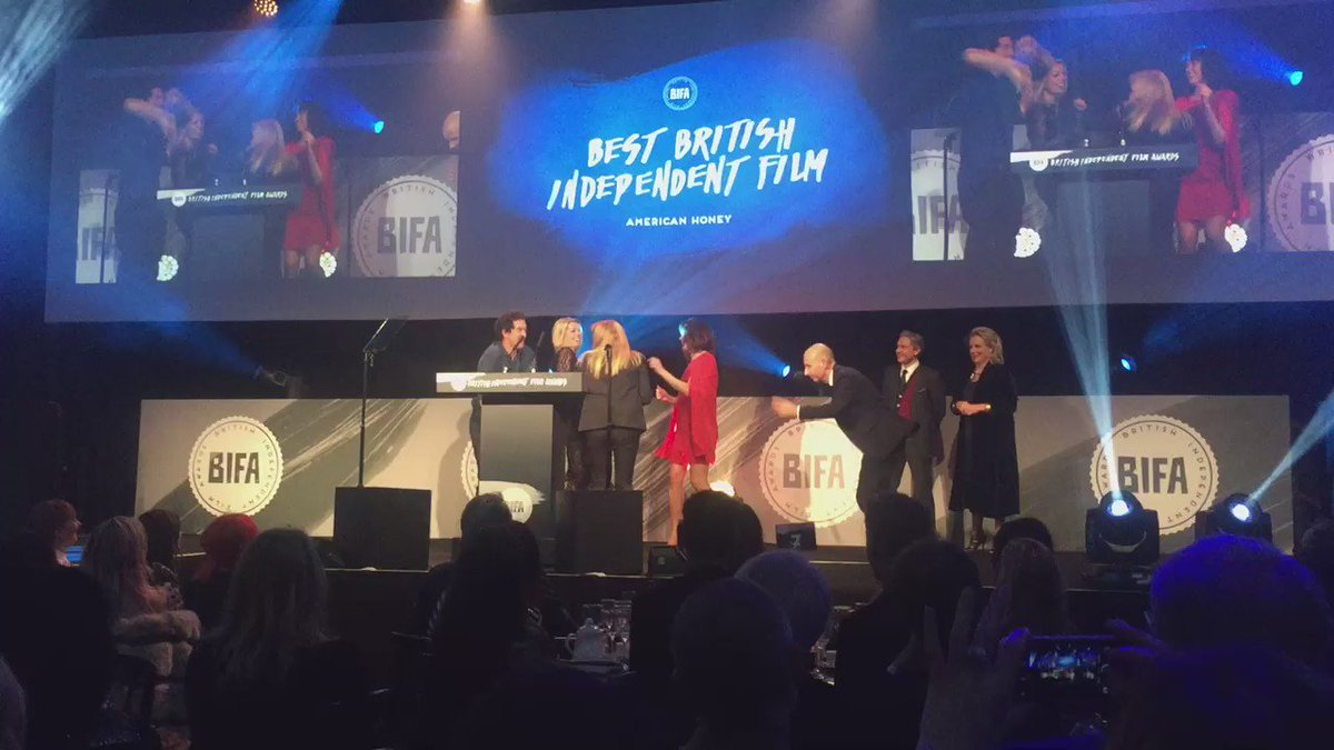 The American Honey crew led by Andrea Arnold dance as they win best film @BIFA_film awards https://t.co/n8YQTLKUSX