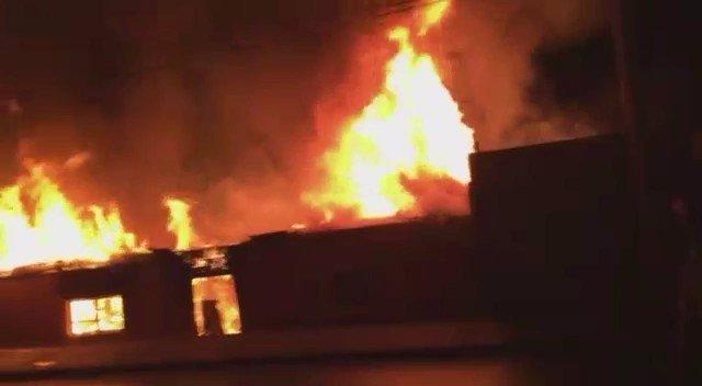 RT @HombredeRadio [VIDEO] Esta noche incendio destruyo completamente una vivienda en la Población Jorge Inostrosa de #Iquique @biobio