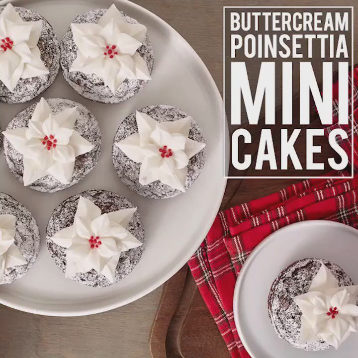 Watch how you can create delicate and delicious buttercream poinsettia mini cakes with @WiltonCakes. https://t.co/q8Bt0QjcNi