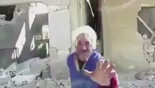 """""""وين بدنا نروح… العالم انجن…""""، رسالة مسن تفيض ألمًا وحسرة تجاه إنسانية ميتة. (متداول) #SaveAleppo #حلب_تباد https://t.co/vWLtqJGtHV"""