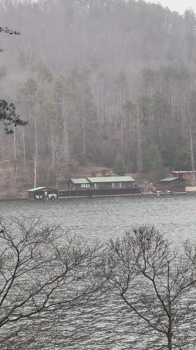 It's starting to snow and sleet here at Lake Burton!!! @JoanneFOX5 https://t.co/Zi2dv4DbMI