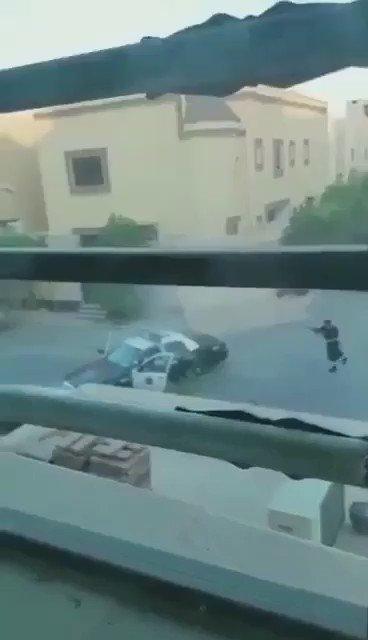 فيديو لشجاعة رجل أمن في مواجهة أحد عناصر الفئة الضالة وتمكن من القضاء عليه  #مقتل_ارهابيين_بحي_الياسمين https://t.co/L5e9UPntUZ