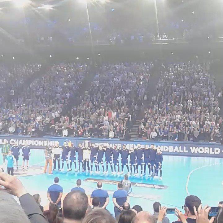 La Marseillaise chantée par 16 000 personnes ! 😀 Le public est chaud b...