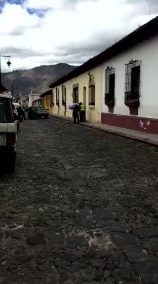 #AntiguaGuatemala: PMT y PM arremeten contra un vendedor de algodones en una de las calles de la Ciudad Colonial. https://t.co/kMF50mNWVU