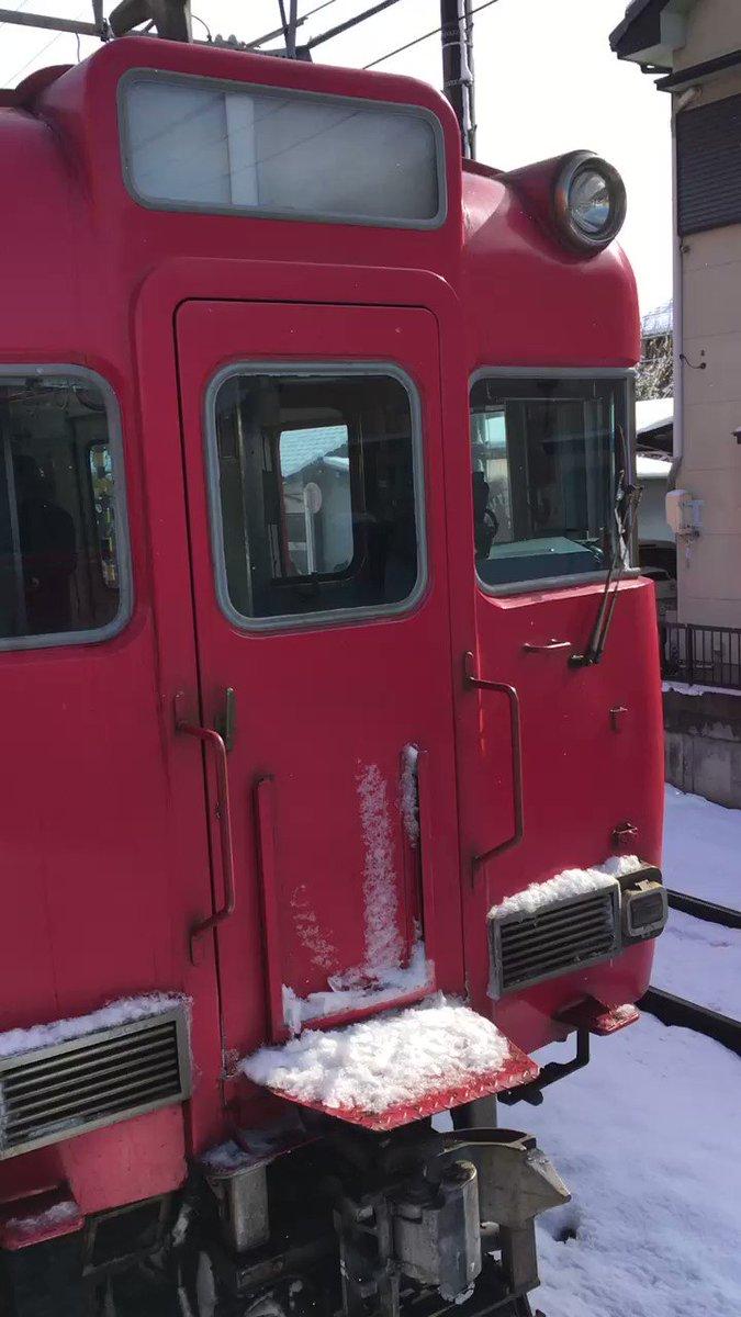 名鉄で2+2両編成の連結器が外れるというハプニングに遭遇大雪でダイヤ乱れてるのにさらにダイヤ逝った。 pic.twitter.com/JN3eW8Cd8S