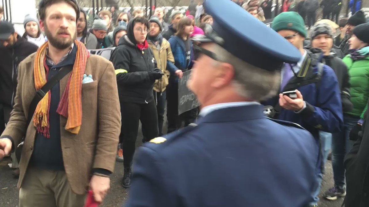 Anti-Trump protesters block men in Air Force uniforms from entering the #Inauguration checkpoint.  https://t.co/ZAhpnb3pGN
