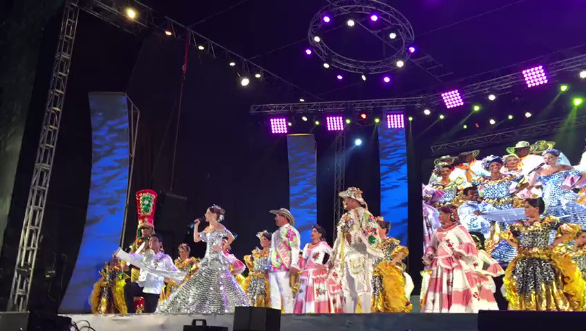 Momentos en que la Reina del Carnaval @fefimendozav leyó el primer art...