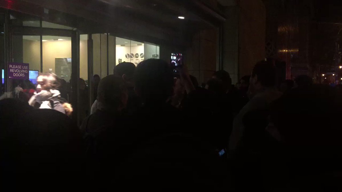 As Gavin McInnes arrives, crowd breaks into shoving and punches. https://t.co/fBNCMbnF4T