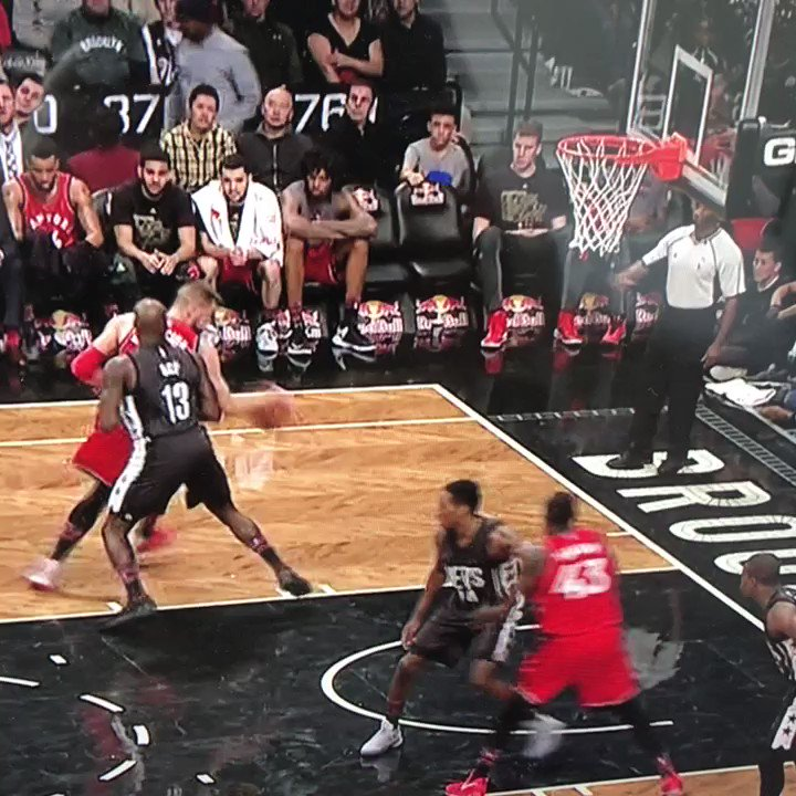 Valanciunas tried to score from his knees. https://t.co/MGdK66gbfw