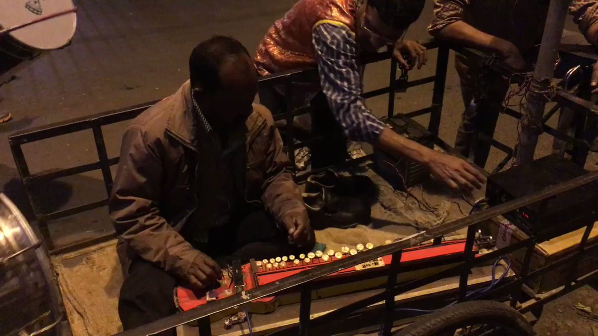 日本発祥の大正琴が、インドに渡り謎の進化を遂げている姿をカルカッタの路上で目撃した。 https://t.co/W7h5Wdx98Q