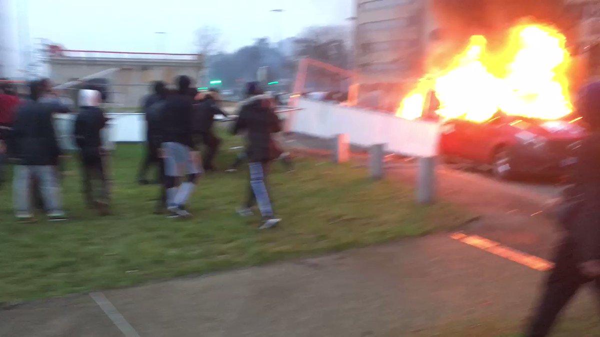 hxmUzLmR mjhBAjb - متظاهرون يحرقون سيارات الشرطة في باريس بعد الاعتداء على شاب أسود