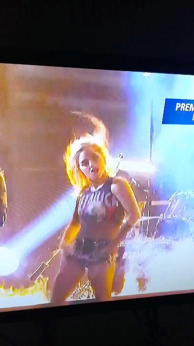 Un mundo en el que James le cierran el micrófono y Gaga regaetonea a Metallica...Maldito Trump. https://t.co/tep6BLBJ0D