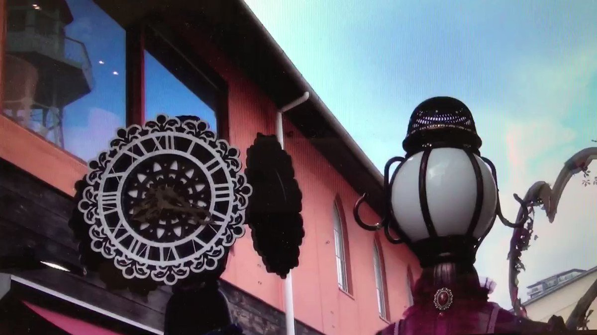 チャタ監督が撮影してくれた「街角の恋人達」in 神戸。時計塔紳士と街灯婦人のデートの様子をチラリ。 衣装は夕暮れの港の風景がモチーフになってます✨ https://t.co/638E9Iuc3j