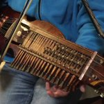 こんな楽器見たことない!スウェーデンの姉が突然奏でだした民族楽器に魅力される!