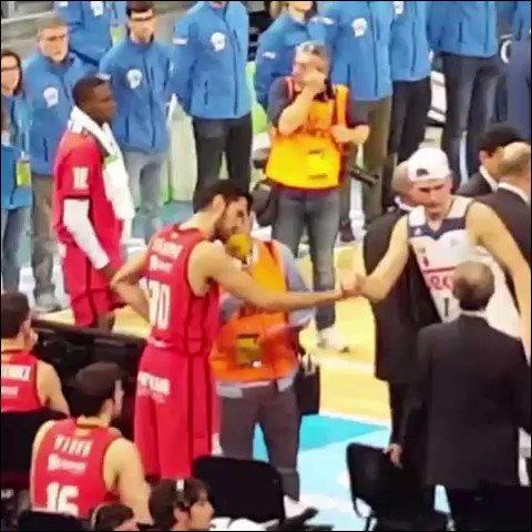 Vídeo de Roberto Manso.  Doncic, tras ganar el título, da la mano a ca...