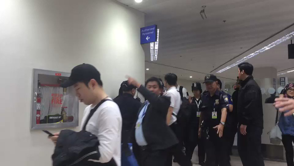 WATCH: EXO arrival at NAIA #EXOrDIUMinManila | @jiandradeINQ https://t...