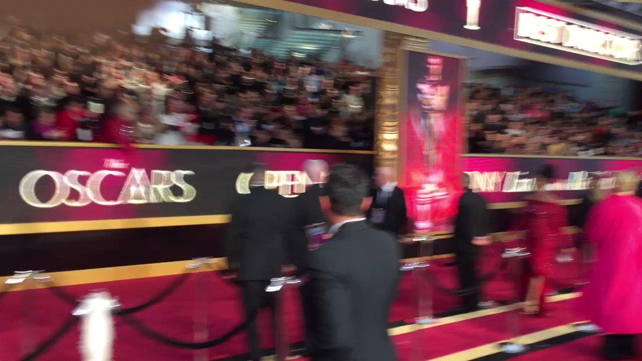 RT @TrevellAnderson: Denzel Washington interacting with fans. #Oscars https://t.co/NDex9nMDWq https://t.co/m6xKhSgq74