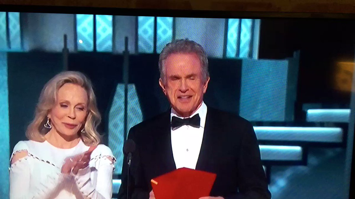 Look at Warren Beatty check the envelope a second time. He knew something was wrong #Oscars https://t.co/ko27lOetiB