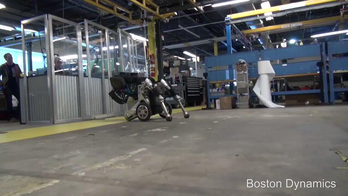 きゃー!w Boston Dynamics の装輪二脚ロボ子ちゃんの最新映像キターー!ヤバスw pic.twitter.com/qprRFLG6Ua