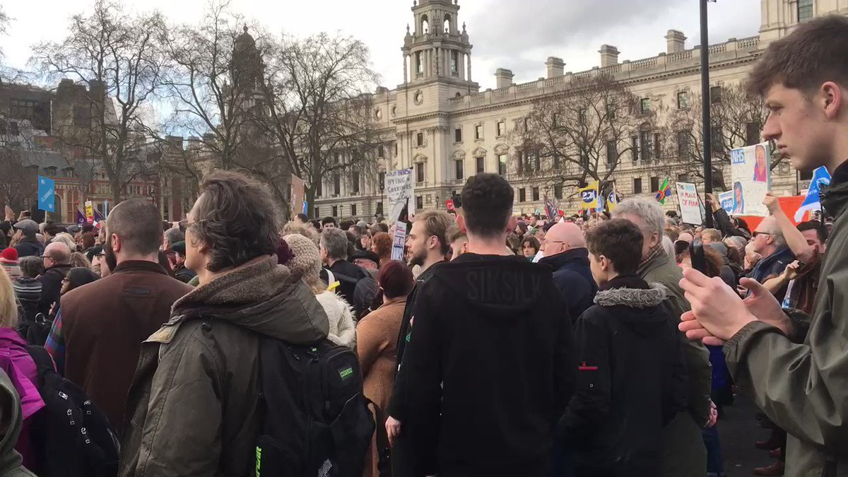 Huge cheers for @jeremycorbyn outside Parliament for #OurNHSDemo #OurNHS #NHSMarch https://t.co/OkK1mVaoPZ