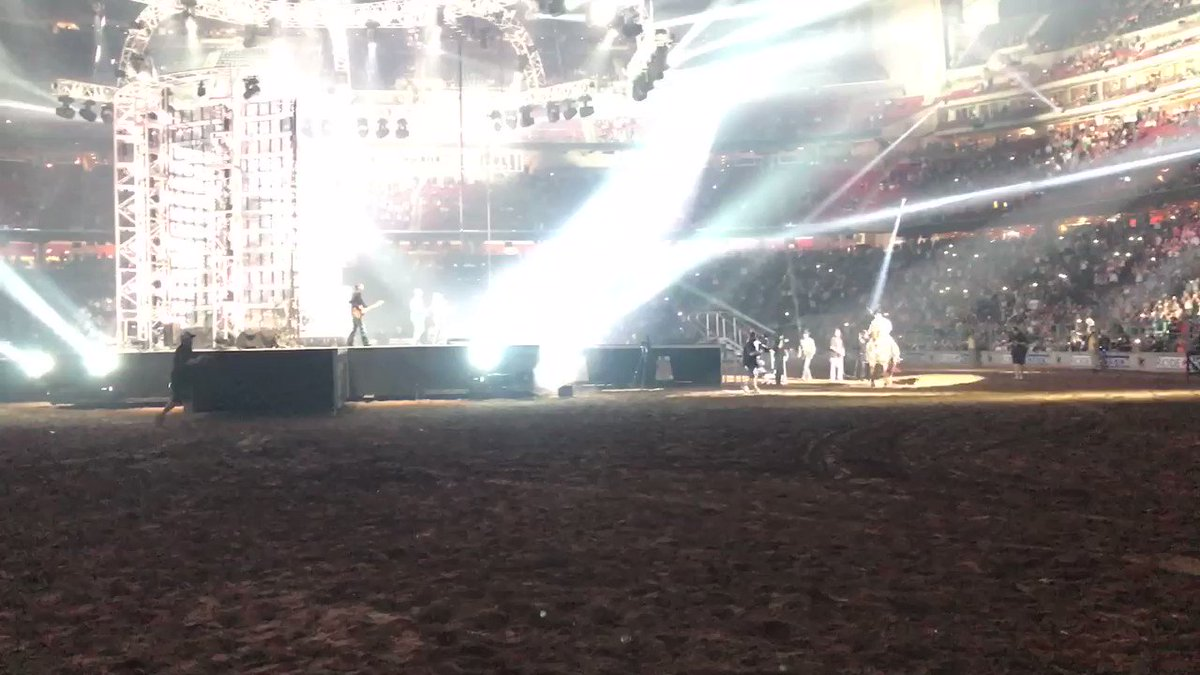 Now that's an exit!! What a night with @CodyJohnsonBand! #RODEOHOUSTON https://t.co/hyaSBvOOBy