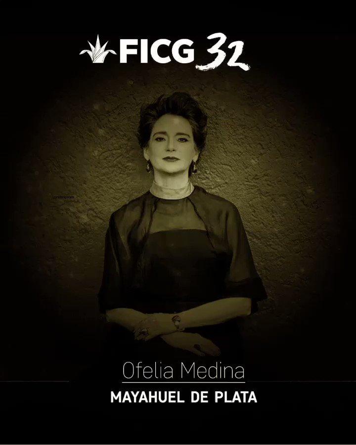 Ofelia Medina recibe el #Mayahuel de Plata de manos del Licenciado Raúl Padilla, en la Inauguración de #FICG32 https://t.co/5Q3mfwbMPW