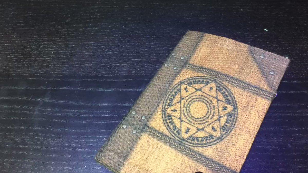 魔法陣を「飛び出す絵本」にすることで【魔導書を開くと展開する魔法陣】を実現しました。※外側の装丁は「魔導書ブックカバー(vvstore.jp/feature/detail…)」をそのまま使用。 pic.twitter.com/no4LCSlBmK