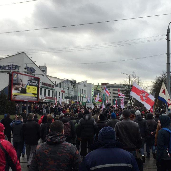 People chanting Long Live Belarus!, cars chanting