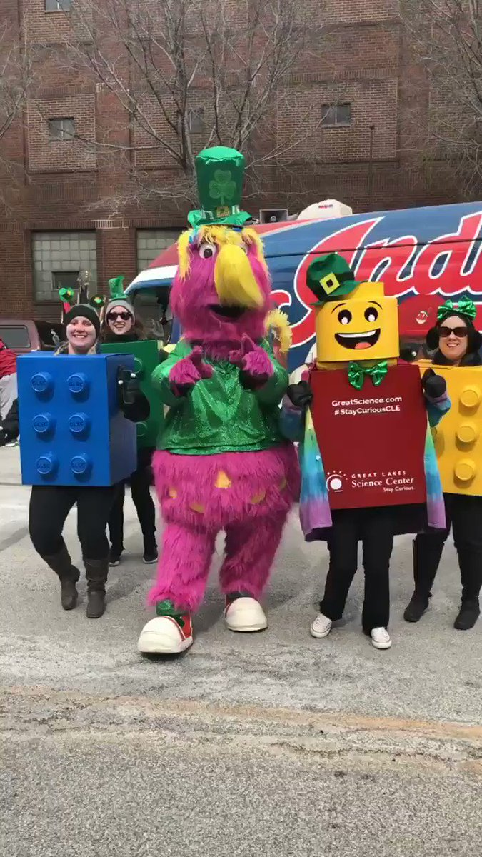 Making friends while waiting to march - who knew @SliderTheMascot loves LEGOs? #StayCuriousCLE  @Indians https://t.co/dt0MlyMZEd