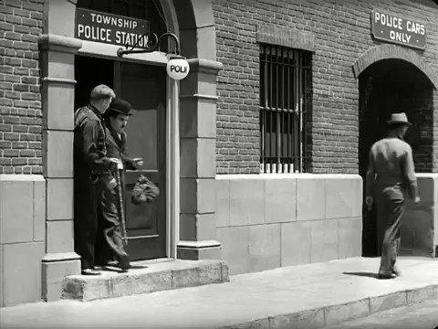 Charlie Chaplin & Paulette Goddard * Modern Times (1936) - https://t.co/hyIiyY2Ajo / RT @CineArte_BsAs @Sergiofordy